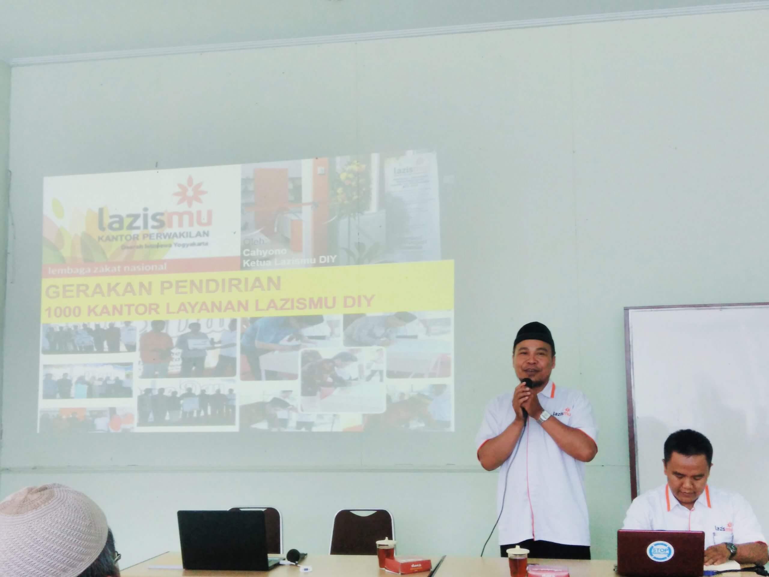 gerakan 1.000 kantor layanan. oleh cahyono S.Ag dan Jefree Fahana, ST., M. Kom. menjelaskan gerakan 1000 kantor layanan dalam RAKOR Lazismu DIY di BMT Arafah Wates Kulonprogro