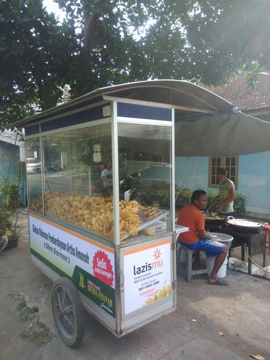 Pak Sugeng menerima modal usaha untuk berjualan gorengan dari Lazismu KL. artha Amanah